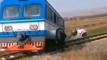 陕西一轿车与火车轨道车在铁路专用线相撞 致1死3伤