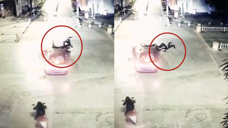 """监拍:超载摩托车疾驰猛撞轿车 后座2人""""耍杂技""""空翻后落地"""