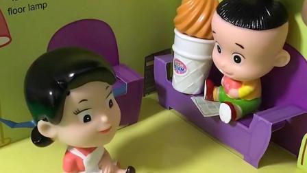 大头儿子说冰激凌最重要,还是小头爸爸买给他的,小头爸爸又要被围裙妈妈训了哦!