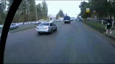 监控:母女俩过马路,瞬间被女司机截杀