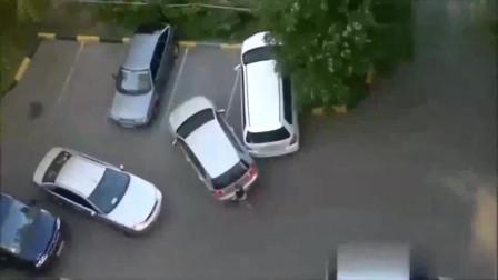 监控:看女司机如何倒车入库,旁边两辆车倒霉了