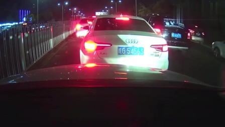 奔驰司机连续别车,还竖起中指挑衅,后车司机怒了,不是拍下谁信