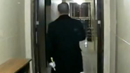 监拍:男子带白手套挨家挨户用螺丝刀开锁