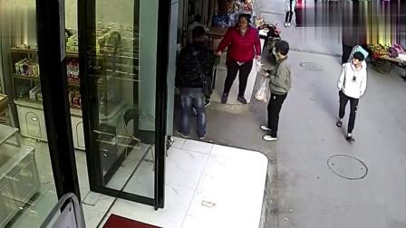 监拍:南宁一男子街头抢孩子,记者核实:男子逃跑后有人接应逃窜
