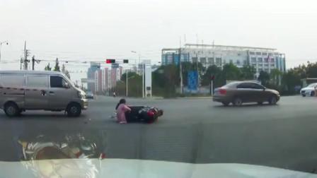 电动车大姐闯红灯,眼看就要成功,被暴躁面包车一脚油门撞倒