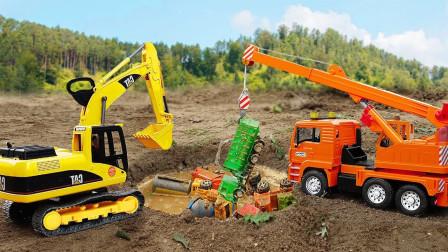 掉进大坑的精品玩具车,挖掘机、自卸车、垃圾车和拖拉机。