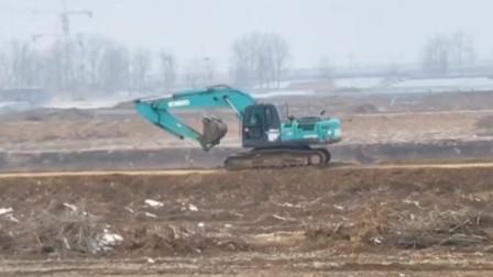 不是自己的挖掘机真舍得开,开这么快是准备下班了?