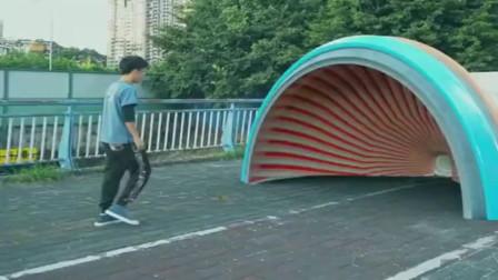 传说中的缩小隧道,真的存在吗?这哥们怎么变小了?