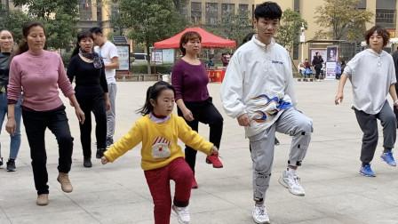 厉害!5岁小女孩跟大人学习鬼步舞,动作简单又炫酷,大家一起跳