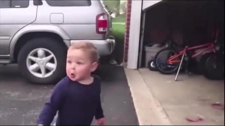 小男孩这是看到了什么,一脸吃惊的样子