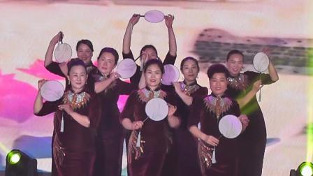 幸福小镇的旗袍秀出了他们的幸福