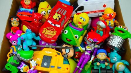 展示各种各样好玩的动物玩偶小汽车玩具