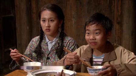 农村保姆赚钱回老家,第一顿饭就吃猪肉炖粉条,一家人吃嗨了!