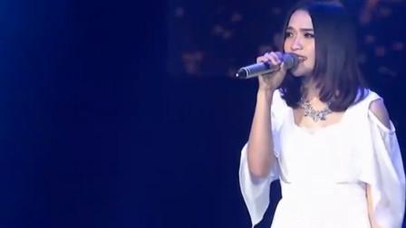 她是典型的歌红人不红,她的歌曲霸占着KTV的榜单,却无人识她