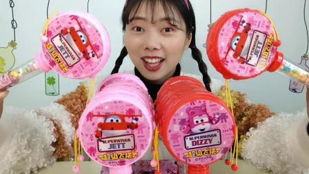 """美食拆箱:小姐姐吃""""超级飞侠叮当鼓糖果"""",咚咚响果香浓吮着吃"""