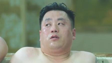 小伙洗澡假装黑社会, 把顾客吓坏了, 笑得我流眼泪!