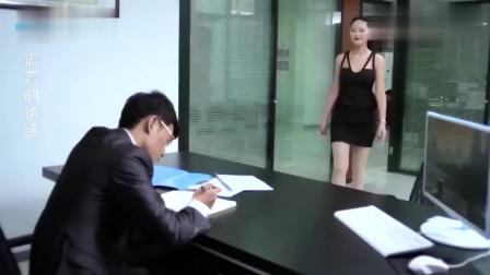 少妇为了能升职,故意穿着吊带裙去办公室找老总