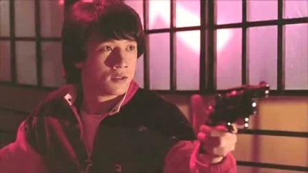 成龙独自一人闯鬼屋,刀枪并用惊险搏斗 快剪  0120110445
