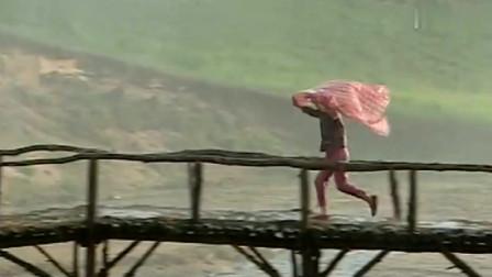 天有不测风云,爷爷上山砍柳条突然下雨,小花连忙带着雨布出去找爷爷