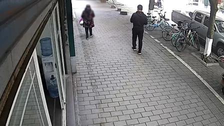 店家放在门口的垃圾桶也要偷?大妈顺手牵羊被监控拍下