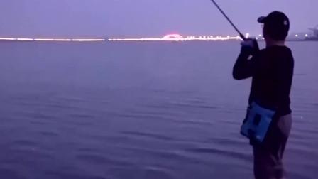 夜晚江河路亚,往翘嘴炸水的地方丢饵,果不其然的就来截口了