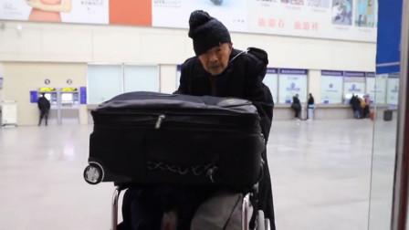84岁老人推轮椅买站票连夜去看老伴续:女儿称父亲瞒着他们先出发