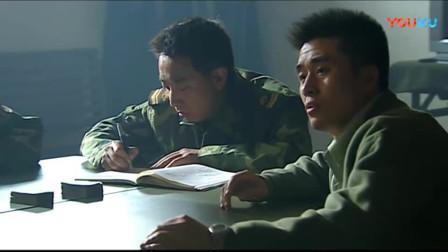 《士兵突击》老兵刚起身离开,许三多赶紧把他们床铺收拾好,三人集体无语!
