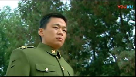 《士兵突击》老爹看到伍六一打许三多急忙喊:冲我招呼啊,你打他干啥啊!