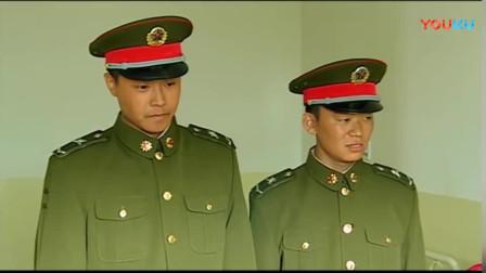 《士兵突击》许三多问硬汉伤情,伍六一开玩笑的说完,都沉默了!