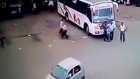 几名男子在客车前聊天, 监控拍下怪异事故