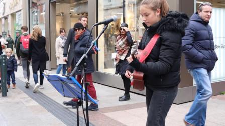 国外小姐姐街头唱歌,无数路人顿足倾听,这简直是天使吻过的声音
