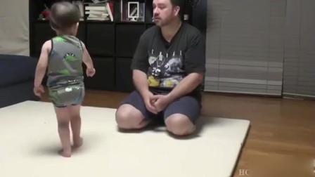 本特利向爸爸讨要零食,果然是吃货本