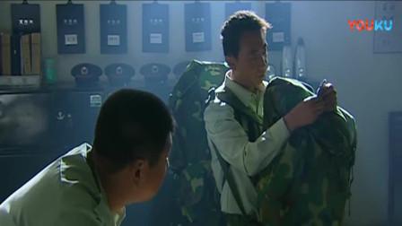 《士兵突击》薛林要教许三多打扑克,不料许三多回了他三个字!