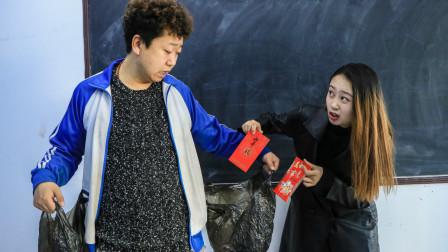 学生自制巨型口袋,想让老师多发红包,老师成功被坑