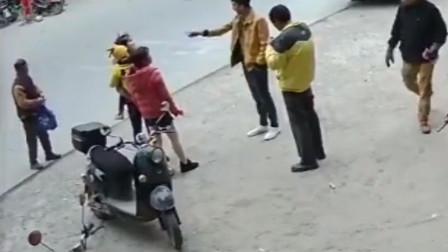 男教师当街殴打前妻 因拖欠抚养费看孩子遭拒绝