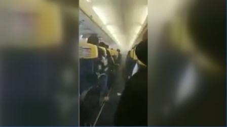 惊险!飞机飞行过程中突冒浓烟