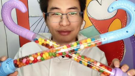 """眼镜哥吃趣味零食""""超大拐杖彩虹糖"""",超大包装,Q软香甜果味"""