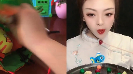 美女小姐姐直播吃创意水果彩糖豆,一口嘎吱脆,是我小时候的向往