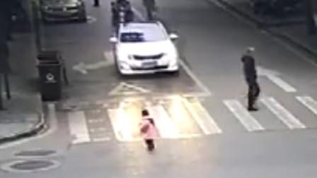 2岁孩童在马路上穿行 母亲事后才知晓:把我吓坏了,我还在家做饭