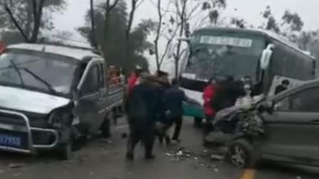 两车弯道路段发生碰撞 车体残渣碎落一地