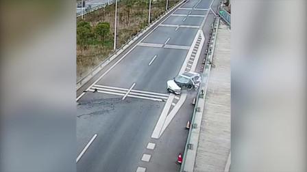 小车爆胎撞护栏秒变废铁 车上2人死里逃生