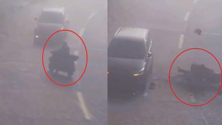 福建男子骑车左转不让直行小车被撞!现场男子瞬间弹飞 碎片满地