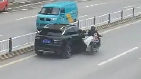 摩托车司机变道时与轿车碰触险些摔倒 监控拍下惊险瞬间