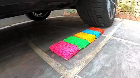 把彩色方便面和日常用品放在车轮下,勿模仿