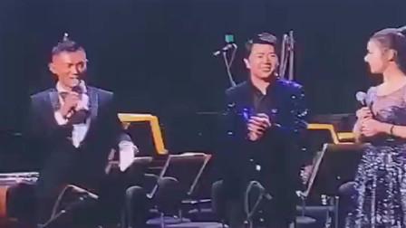 吉娜在舞台上,逗趣的几句话化解了尴尬,郎朗找了个好老婆!