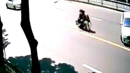 一家三口回家的路上遭遇离奇的车祸,监控拍下这匪夷所思的一幕