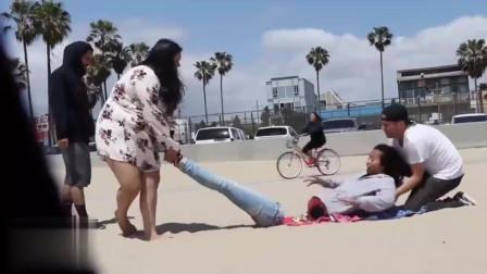 沙滩整蛊,身体分段,路人受到惊吓!