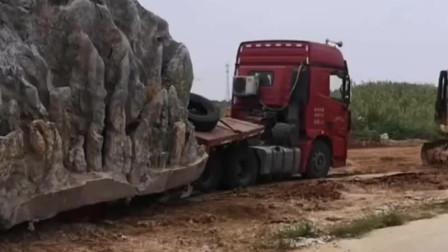 超载,可怜的车子被压得车轮都看不见了