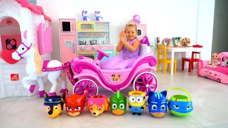 萌娃小可爱变身美丽的小公主,驾驶着马车找到了好多有趣的玩具,小家伙可真会玩呢!