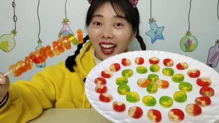 """小姐姐吃趣味零食""""圈圈橡皮软糖"""",晶莹通透小圆环,果味软Q"""